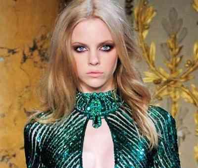 Макияж под темно зеленое платье для карих глаз